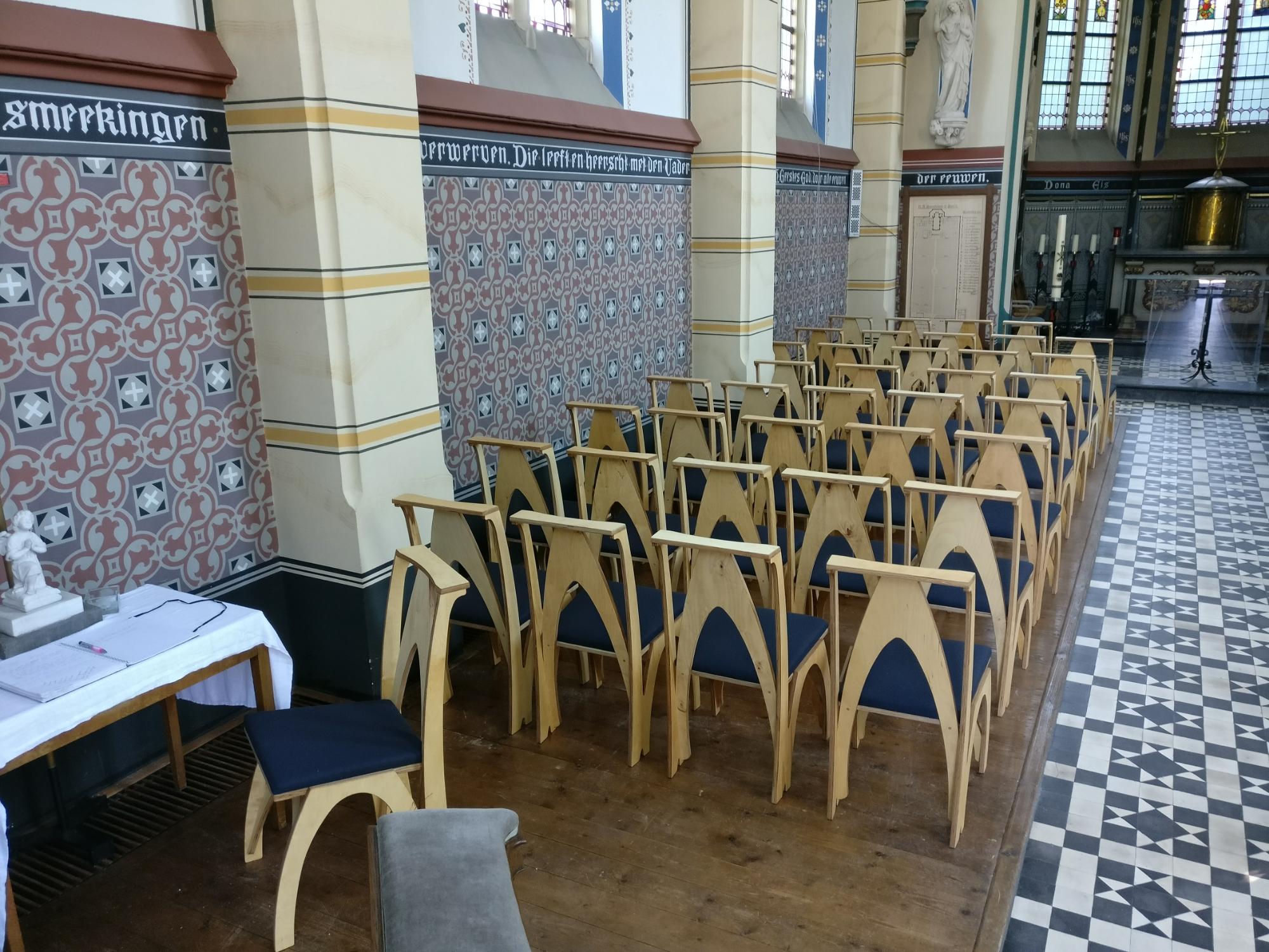 stoelen neogotische kapel